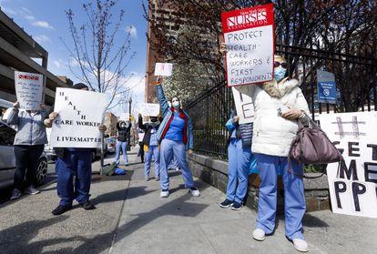 Enfermeiras fazem protesto em frente a hospital de Nova York por falta de equipamento de segurança para trabalhar em meio à epidemia da covid-19