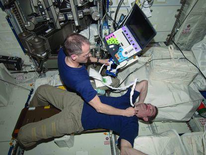O astronauta da NASA Tom Marshburn faz uma exploração do pescoço do canadense Chris Hadfield na ISS.