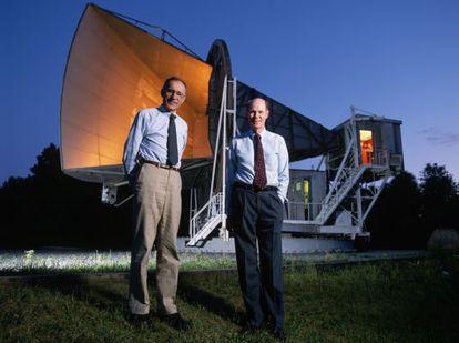 Arno Penzias (esquerda) e Robert Wilson, em 1993, em frente à antena dos laboratórios Bell com a qual descobriram, em 1964, a radiação cósmica de fundo.