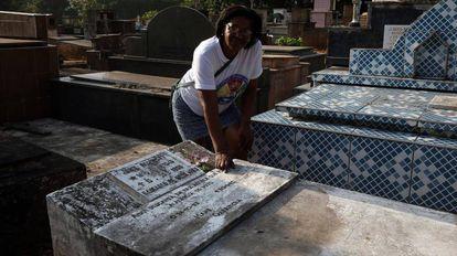 Rosângela, filha de Garrincha, ao lado do túmulo