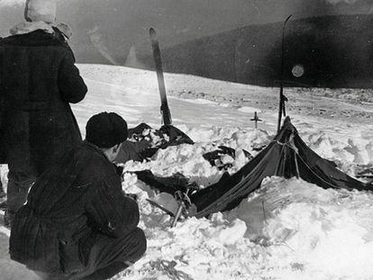 O acampamento dos excursionistas mortos nos Urais, em uma fotografia tirada pelas autoridades da URSS em 26 de fevereiro de 1959.