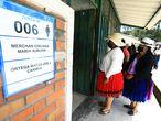 QUI001. CUENCA (ECUADOR), 08/04/2021.- Fotografía de archivo de mujeres indígenas que se acercan a votar el 7 de febrero del 2021, en un centro electoral en Cuenca (Ecuador). El vigorizado voto indígena de Ecuador, que estuvo a punto de acceder a la segunda ronda de los comicios presidenciales, se ha dividido para el balotaje del próximo 11 de abril entre quienes rechazan al candidato conservador Guillermo Lasso y quienes se oponen al correísta Andrés Arauz. EFE/ Robert Puglla /ARCHIVO