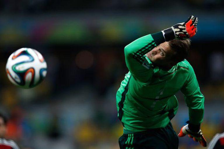 Neuer se estica para defender na semifinal contra o Brasil.