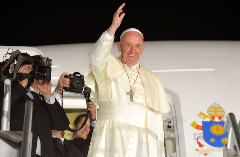 Francisco ao descer do avião após sua visita ao México.