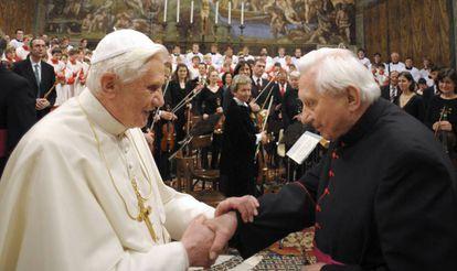 O então papa Bento XVI cumprimenta seu irmão Georg diante do coral de Ratisbona no Vaticano em 2009.