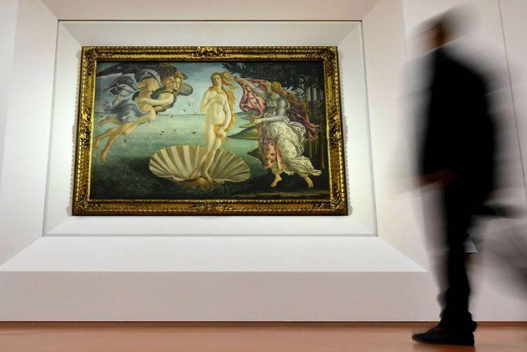 Um homem contempla 'O nascimento de Vênus'.