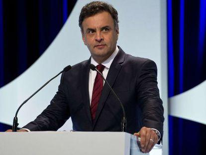 O candidato Aécio Neves no debate desta segunda.