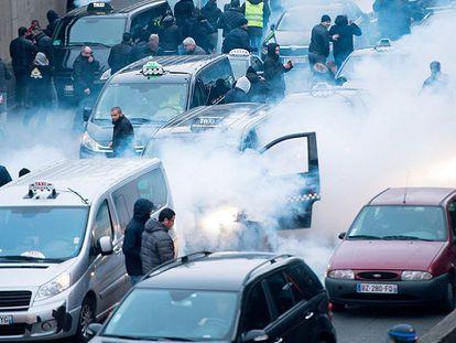 Polícia antidistúrbios e taxistas no anel periférico de Paris nesta terça-feira.