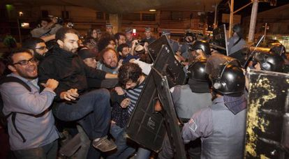 Confronto entre trabalhadores do metro e policiais na estação Ana Rosa.