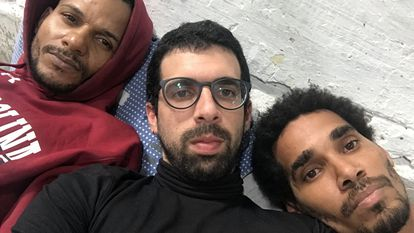 O escritor cubano Carlos Manuel Álvarez (ao centro), junto a Maykel Castelo (esq.) e Luis Manuel Otero Alcántara (dir.), três dos opositores em greve de fome.