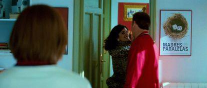 Um pôster com o título de 'Madres paralelas', em uma cena de 'Abraços partidos', de 2009.