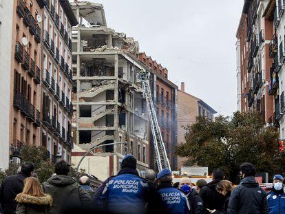 Bombeiros buscam vítimas em Madri após explosão destruir prédio no centro da capital espanhola nesta quarta-feira.