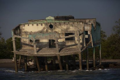 Uma das casas destruídas pelo mar.