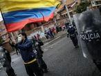 Manifestantes   protestan contra la violencia de la policia, durante el paro nacional contra la reforma tributaria y el dia internacional del trabajo, el 1 de mayo de 2021, en la residencia del presidente de Colombia, Iván Duque, en Bogotá, Colombia.