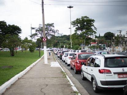 Fila de carros para a vacinação no drive-thru do  Pacaembu neste sábado.