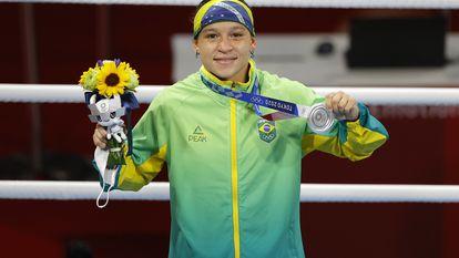 Beatriz Ferreira na cerimônia de premiação em que recebeu a medalha de prata na categoria até 60kg do boxe.