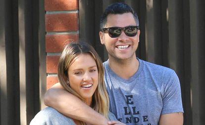 Alba com seu marido, Cash Warren.