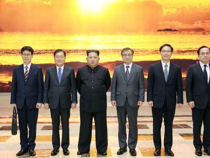 Kim Jong-un posa com a delegação sul-coreana.