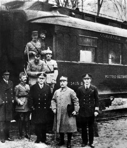 Foto dos signatários do armistício em Compiègne, em 11 de novembro de 1918.