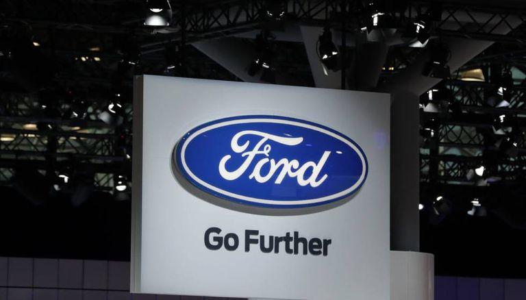 Logotipo da Ford no Salão do Automóvel de Nova York.