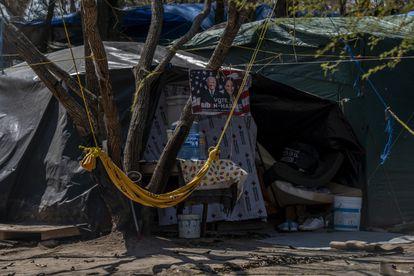 Um cartaz em apoio a Joe Biden e Kamala Harris pendurado em uma das pequenas barracas no interior do acampamento.