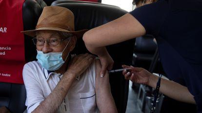 Enfermeira vacina idoso contra covid-19 em La Reina, Santiago, em 8 de fevereiro.