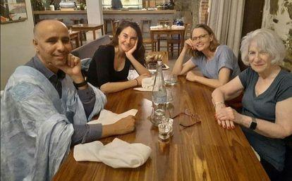 A partir da esquerda, Mohamedou Slahi, Shailene Woodley (que interpreta uma ajudante de Hollander), Jodie Foster e Nancy Hollander, na filmagem na Cidade do Cabo de 'The Mauritanian'.
