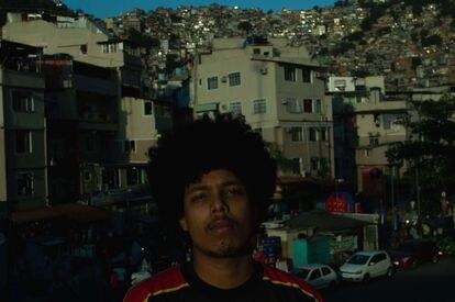 Luan Correia, músico que assina como Mbé, com a Rocinha ao fundo.
