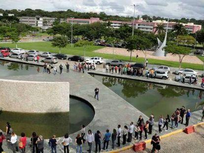 Manifestantes reunidos em torno do espelho d'água da reitoria da UFMG.