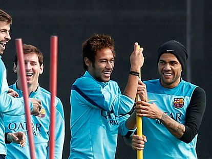 Neymar caçoa junto a Piqué, Messi e Alves.