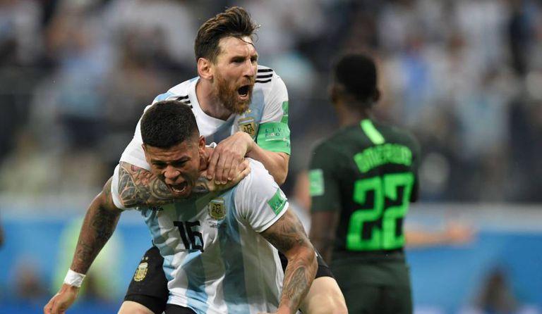 Messi comemora com Rojo o gol que salvou a Argentina.