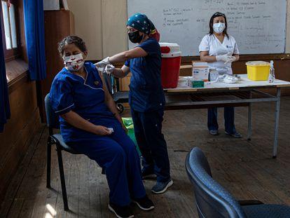 Uma professora recebe a vacina contra a covid-19, em uma imagem de 15 de fevereiro em Santiago.