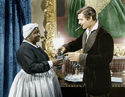 Hattie McDaniel, com Clark Gable, que foi quem recomendou ao produtor David O. Selznick que desse o papel de Mammy à atriz.