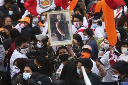 Uma eleitora de Keiko Fujimori exibe em um ato de campanha uma foto do ex-presidente Alberto Fujimori, em 3 de junho, em Lima.
