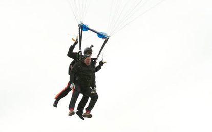 O ex-presidente George H.W. Bush celebra seu 90 aniversário com um salto em paracaídas