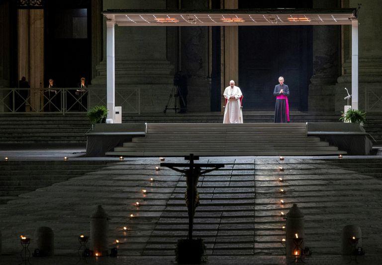 Papa Francisco preside a Vía Crucis diante de uma praça vazia na Basílica de São Pedro.