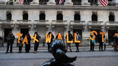 Manifestantes protestam em frente à Bolsa de Nova York contra a decisão de suspender a compra de ações da GameStop, no final de dezembro.