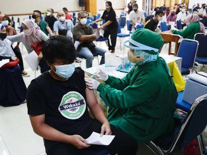 Estudante recebe uma dose da vacina contra covid-19 em Jakarta, na Indonésia.