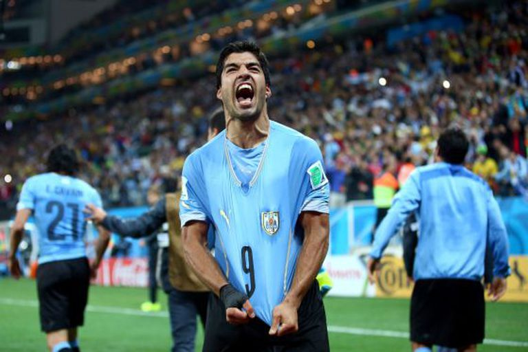 Suárez celebra seu segundo gol contra a Inglaterra.