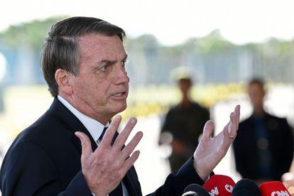Bolsonaro fala com jornalistas em frente ao Palácio da Alvorada nesta sexta-feira.