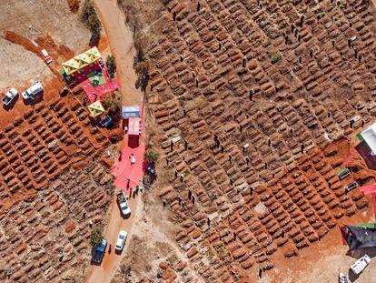 Vista aérea de vários funerais simultâneos no cemitério de Olifantsvlei, em Soweto (África do Sul), no sábado.