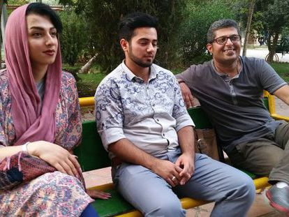 De esquerda para a direita, Fatemeh, seu marido, Parham, e Amir, em Teerã.