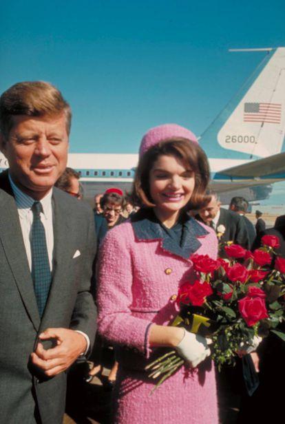 O casamento perfeito? Anos depois de sua morte vieram à tona as contínuas infidelidade de John Fitzgerald Kennedy a sua mulher, Jackie Kennedy. Na foto, os dois chegam ao aeroporto de Dallas no dia em que ele foi morto a tiros em 1963.