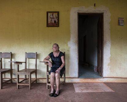Uma foto de Raimundo Cardoso de Morais na entrada da propriedade, onde ele sentava