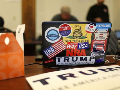Computador coberto de adesivos de propaganda do candidato presidencial republicano Donald Trump.