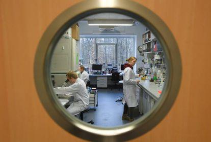 Funcionários do Instituto de Virologia da Universidade Philipps, em Marburgo (Alemanha), que investiga uma vacina contra o coronavírus de Wuhan.
