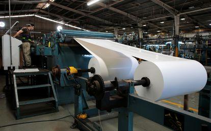 Gráfico prepara um cilindro de papel antes de pôr em funcionamento a rotativa do jornal La Prensa, em Manágua, em 7 de fevereiro de 2020.
