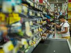 Un niño, en la sección de dulces de un supermercado.