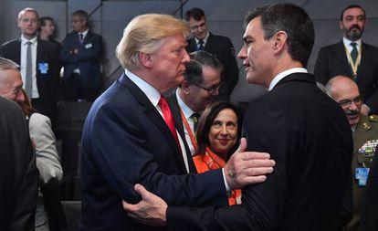 Donald Trump cumprimenta Pedro Sánchez durante a cúpula da OTAN em julho passado, em Bruxelas
