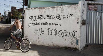 """""""Se roubar cidadão na favela #vai pro saco!"""", diz pichação no Pirambu."""